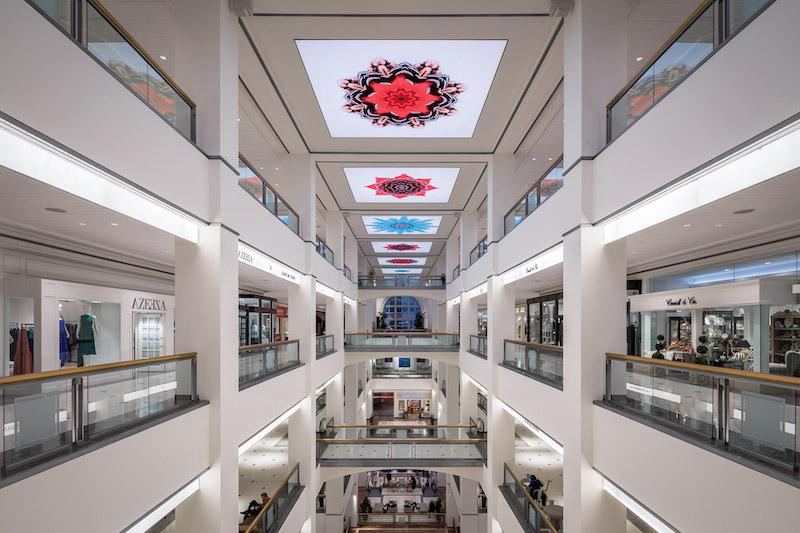 Interior do 900 North Michigan Shops em Chicago