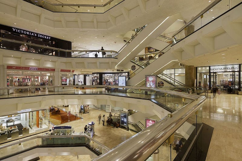 Interior do shopping Water Tower Place em Chicago