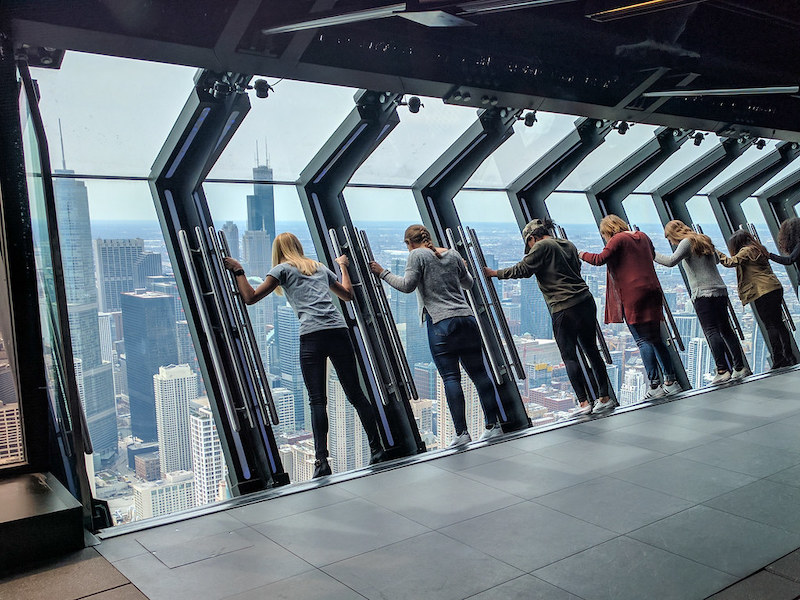 Visitantes no 360 Chicago Observation Deck