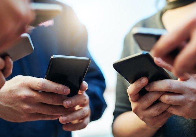 Pessoas usando celular em Chicago
