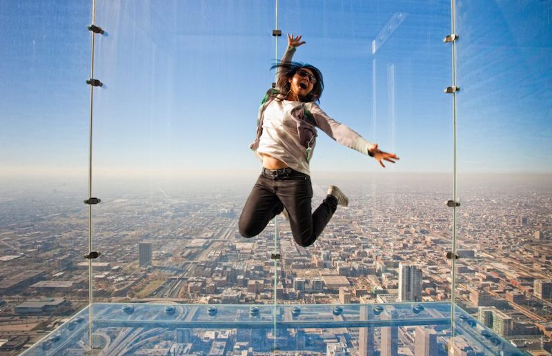 Turista no Skydeck da Willis Tower em Chicago