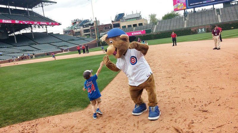 Criança no Wrigley Field em Chicago