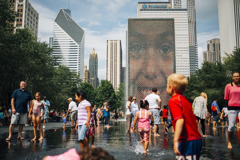 Crianças na Crown Fountain no Millennium Park em Chicago
