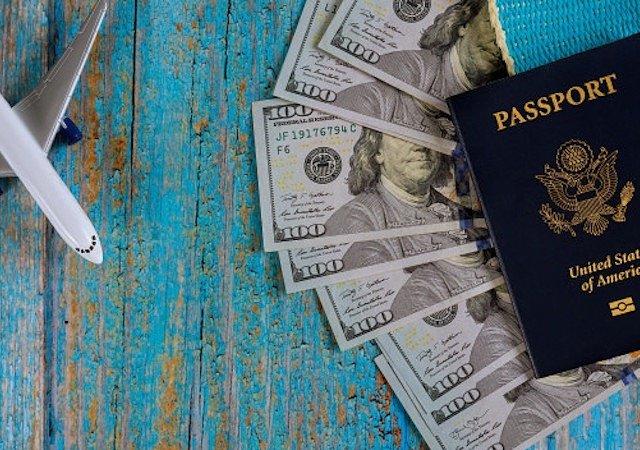 Dinheiro e passaporte para Chicago