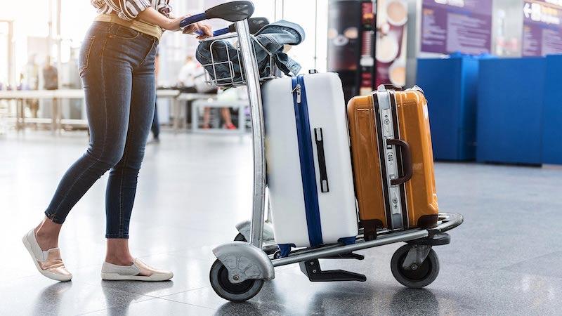 Passageiro com bagagem no Aeroporto de Chicago