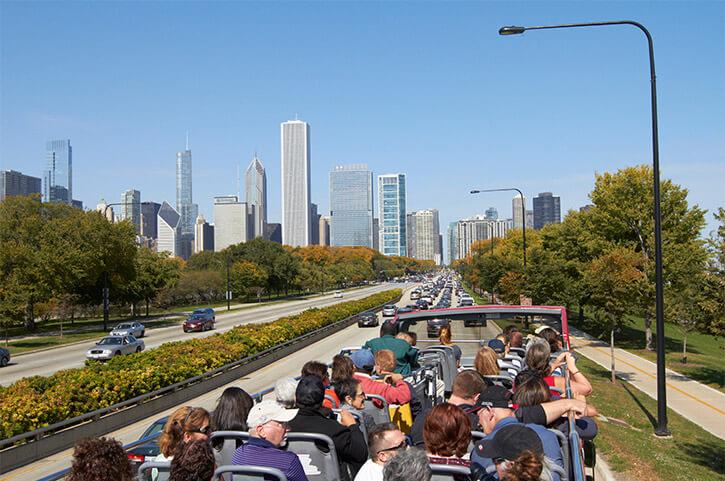 Passageiros no ônibus turístico em Chicago