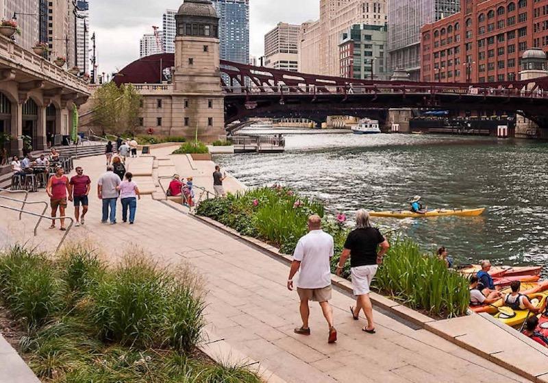 Pessoas caminhando por Chicago Riverwalk
