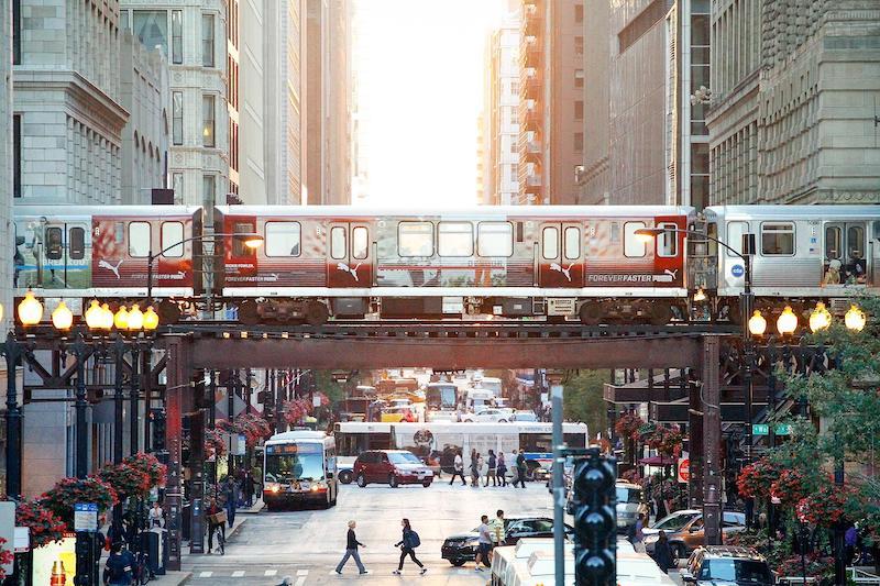 Trem e metrô no centro de Chicago
