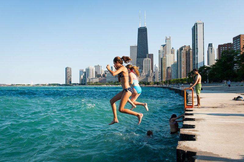 O que fazer no verão em Chicago: pessoas no lago Michigan