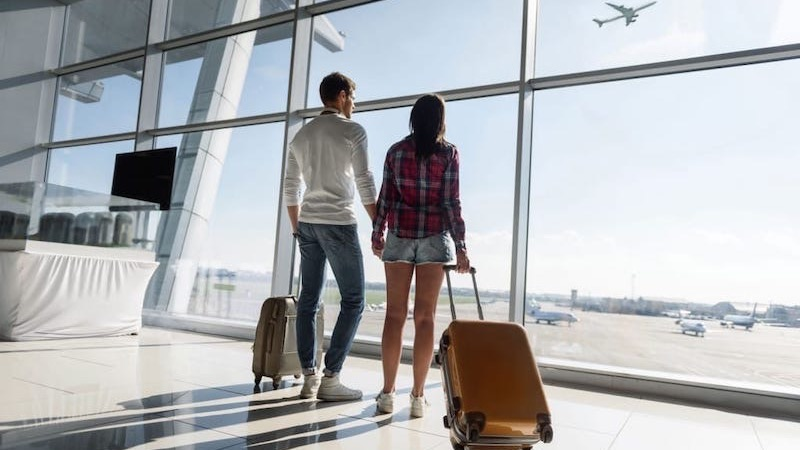 Casal no aeroporto