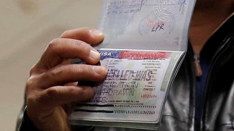 Viajante com visto de entrada para Chicago e Estados Unidos