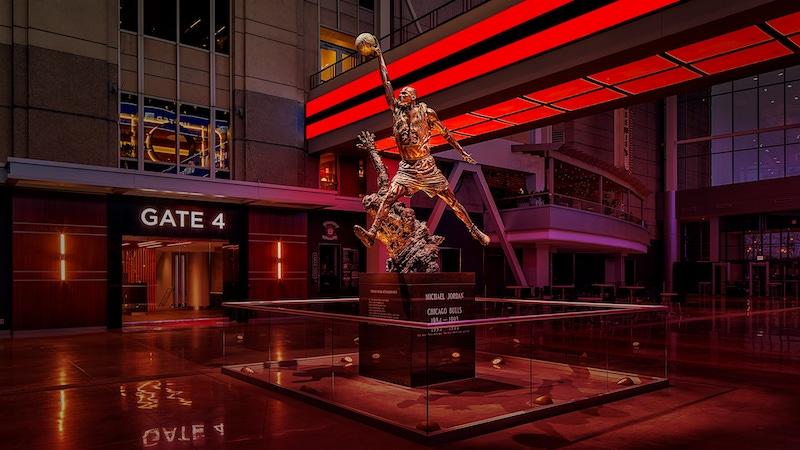 Estátua do Michael Jordan na arena United Center em Chicago