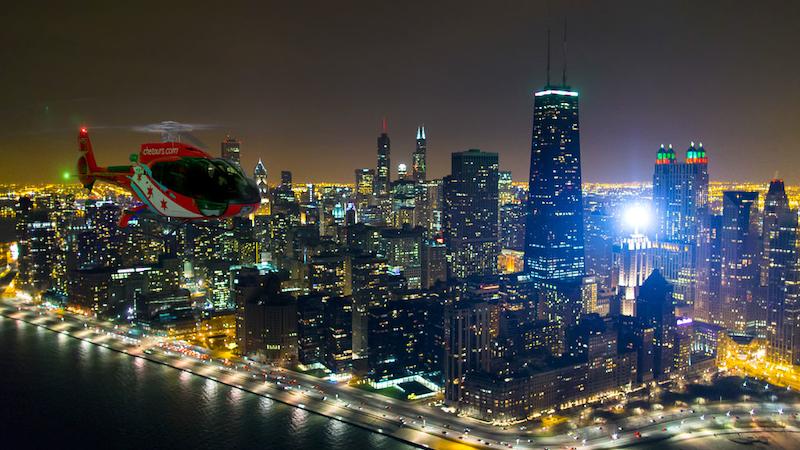 Helicóptero à noite em Chicago