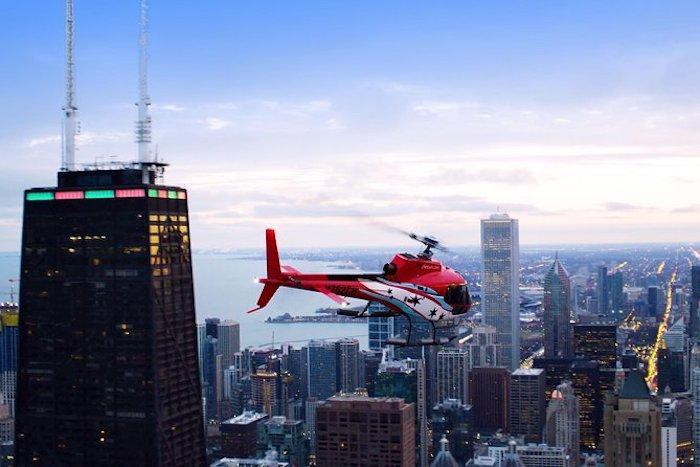 Helicóptero sobrevoando Chicago