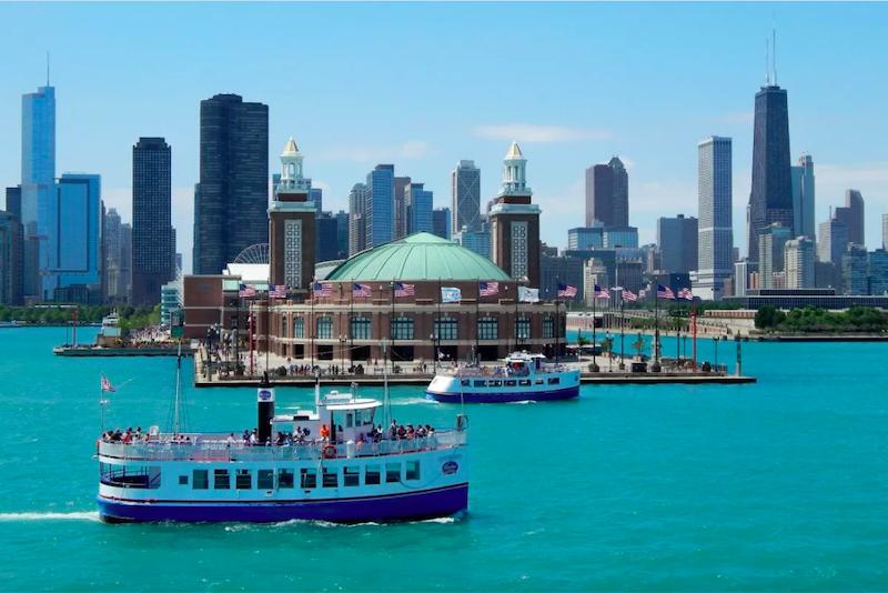 Passeio de barco em frente ao Navy Pier no Lake Michigan em Chicago