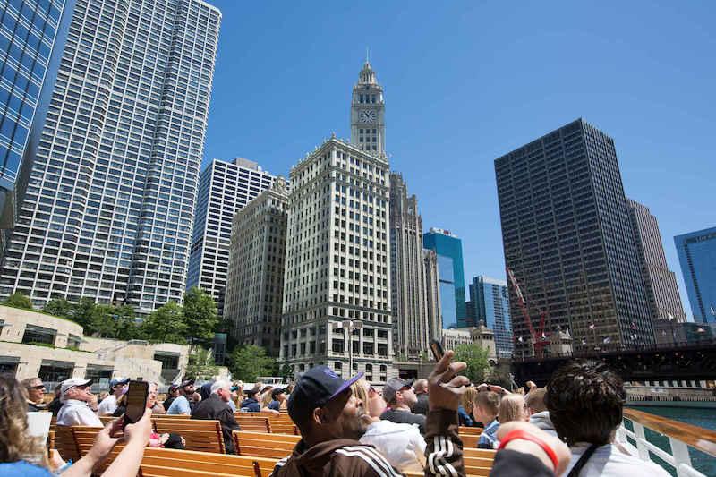 Turistas no passeio de barco por Chicago River