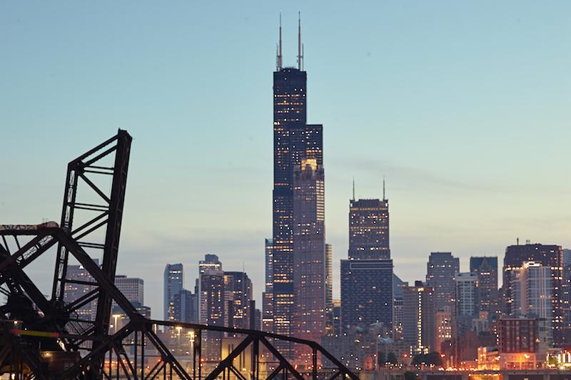 Vista da Willis Tower à noite em Chicago
