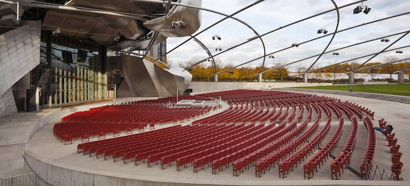 Área com assentos no Jay Pritzker Pavilion em Chicago