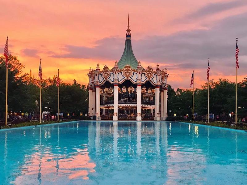Pôr do sol no lago do parque Six Flags Great America