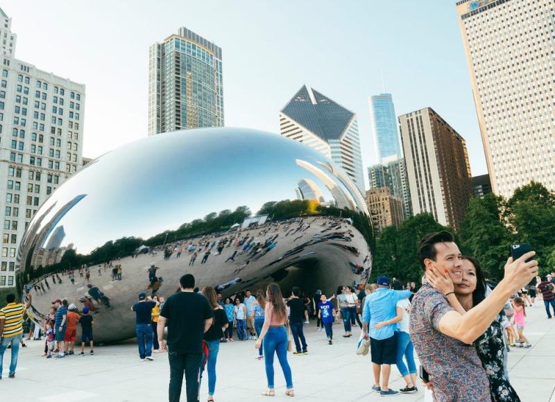 Tirando foto em frente à escultura Cloud Gate em Chicago